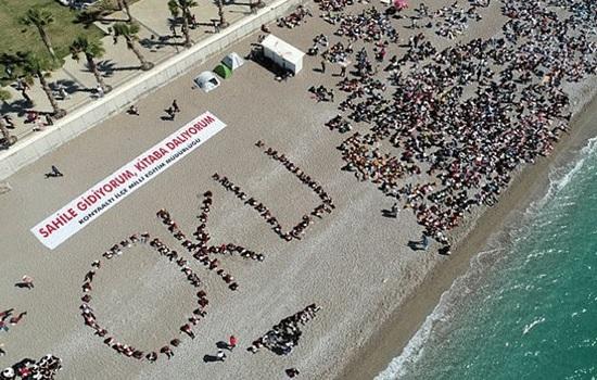 Тысячи студентов читают книги на южно-турецком пляже в рамках местного проекта