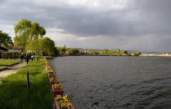 Туристы активно едут на озеро Гёльбаши